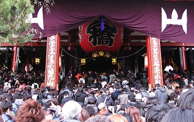 浅草寺はすごい混みようです